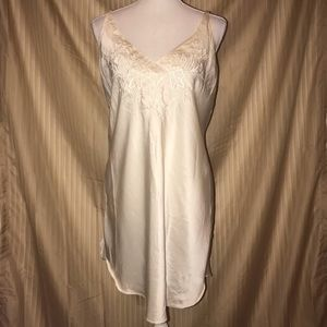 VS VINTAGE GOLD LABEL MEDIUM CREAM NIGHTIE